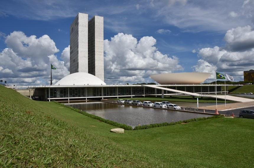 Fachada do Palácio do Congresso Nacional, a sede das duas Casas do Poder Legislativo brasileiro.  As cúpulas abrigam os plenários da Câmara dos Deputados (côncava) e do Senado Federal (convexa), enquanto que nas duas torres - as mais altas de Brasília, com 100 metros - funcionam as áreas administrativas e técnicas que dão suporte ao trabalho legislativo diário das duas instituições.  Obra do arquiteto Oscar Niemeyer.   Foto: Pillar Pedreira/Agência Senado