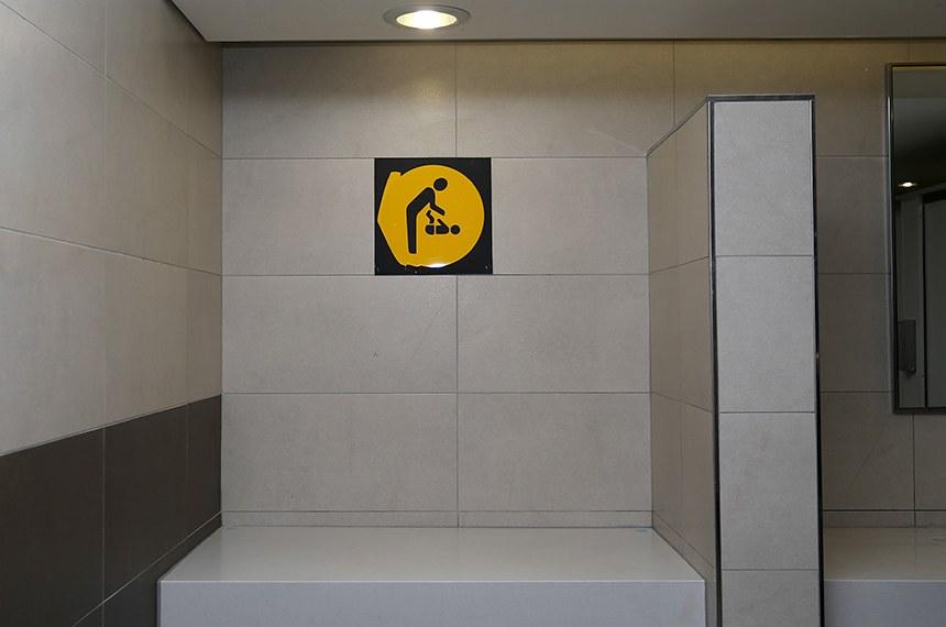Baby changing station in a public restroom.  Fraldário em banheiro público.