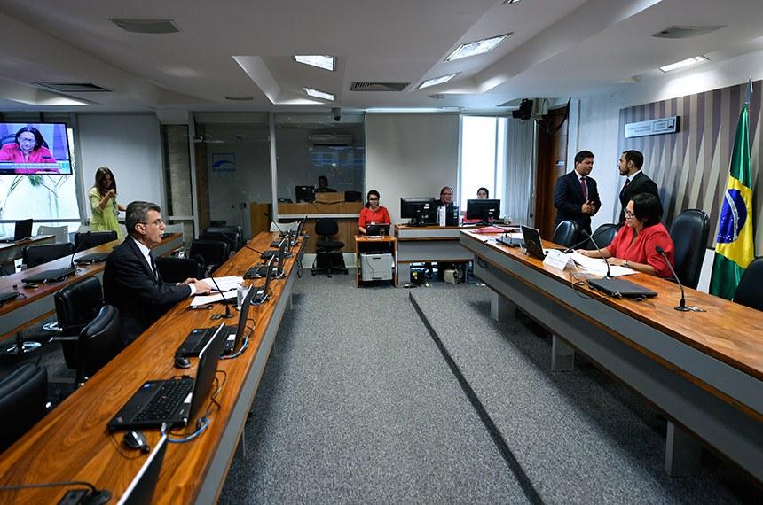 Comissão de Desenvolvimento Regional e Turismo (CDR) realiza reunião com 7 itens. Na pauta, o PLS 68/2016, que trata da isenção de imposto para Zona Franca Verde.  À mesa, presidente da CDR, senadora Fátima Bezerra (PT-RN), conduz reunião.  À bancada, senador Romero Jucá (MDB-RR).  Foto: Edilson Rodrigues/Agência Senado