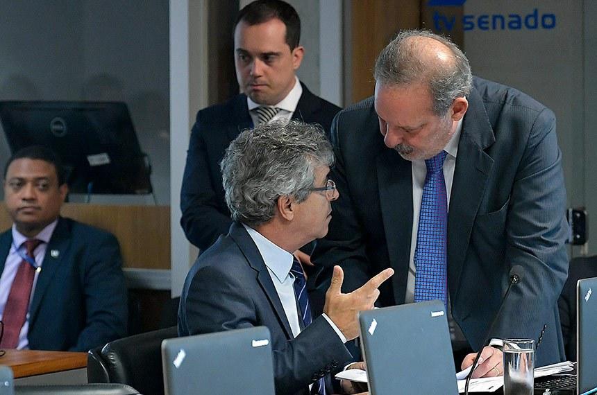 Comissão de Relações Exteriores e Defesa Nacional (CRE) realiza reunião deliberativa.  Bancada: senador Jorge Viana (PT-AC); senador Armando Monteiro (PTB-PE).  Foto: Geraldo Magela/Agência Senado