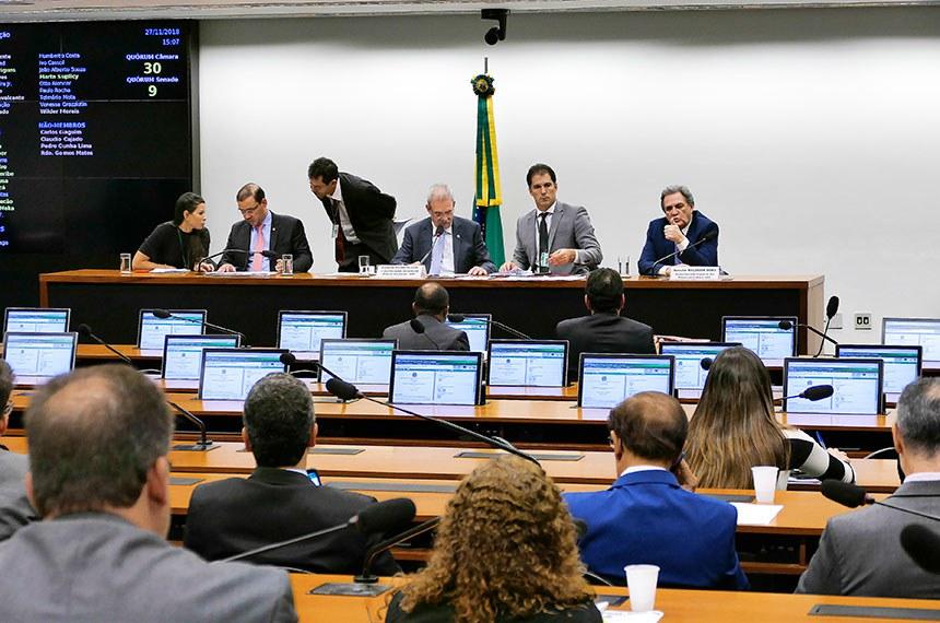 Comissão Mista de Planos, Orçamentos Públicos e Fiscalização (CMO) realiza reunião extraordinária.  Mesa: deputado Vicentinho Júnior (PR-TO); 2º vice-presidente da CMO, deputado Geraldo Resende (PSDB-MS); relator-geral do Projeto de Lei Orçamentária Anual (LOA), senador Waldemir Moka (MDB-MS).  Foto: Roque de Sá/Agência Senado
