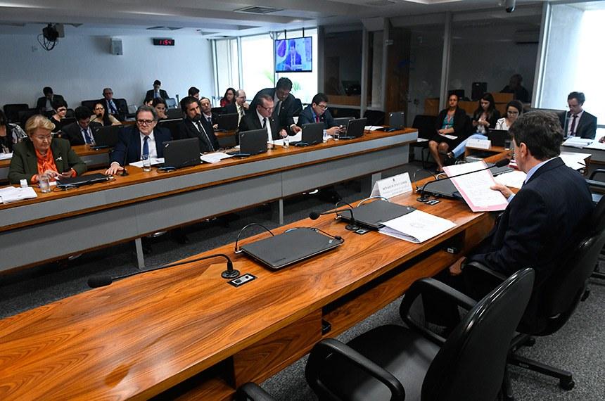 Comissão de Agricultura e Reforma Agrária (CRA) realiza reunião com 12 itens na pauta. Entre eles, o PLC 88/2014, que muda regras para registro de plantas ornamentais.  À mesa, presidente da CRA, senador Ivo Cassol (PP-RO), conduz reunião.  Bancada: senadora Ana Amélia (PP-RS); senador Waldemir Moka (MDB-MS); senador Valdir Raupp (MDB-RO); senador Cidinho Santos (PR-MT);  senador Ivo Cassol (PP-RO); senador Wellington Fagundes (PR-MT).  Foto: Marcos Oliveira/Agência Senado