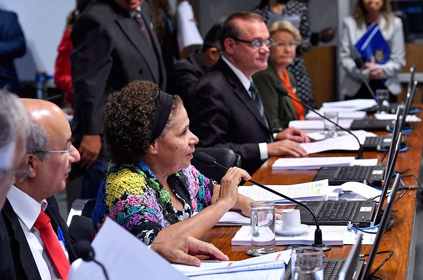Comissão de Educação, Cultura e Esporte (CE) realiza reunião com 24 itens. Na pauta, o PLS 173/2018, que veda contingenciamento de recursos do Fundo Nacional de Desenvolvimento da Educação (FNDE).  Bancada: senador José Pimentel (PT-CE);  senadora Regina Sousa (PT-PI) - em pronunciamento; senador Wellington Fagundes (PR-MT); senador José Medeiros (Pode-MT); senadora Ana Amélia (PP-RS).  Foto: Geraldo Magela/Agência Senado