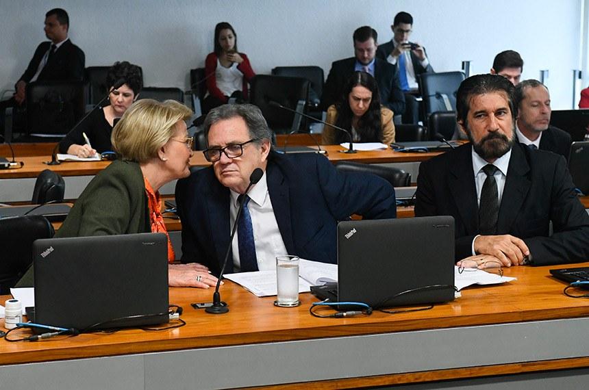Comissão de Agricultura e Reforma Agrária (CRA) realiza reunião com 12 itens na pauta. Entre eles, o PLC 88/2014, que muda regras para registro de plantas ornamentais.  Bancada:  senadora Ana Amélia (PP-RS); senador Waldemir Moka (MDB-MS); senador Valdir Raupp (MDB-RO).  Foto: Marcos Oliveira/Agência Senado