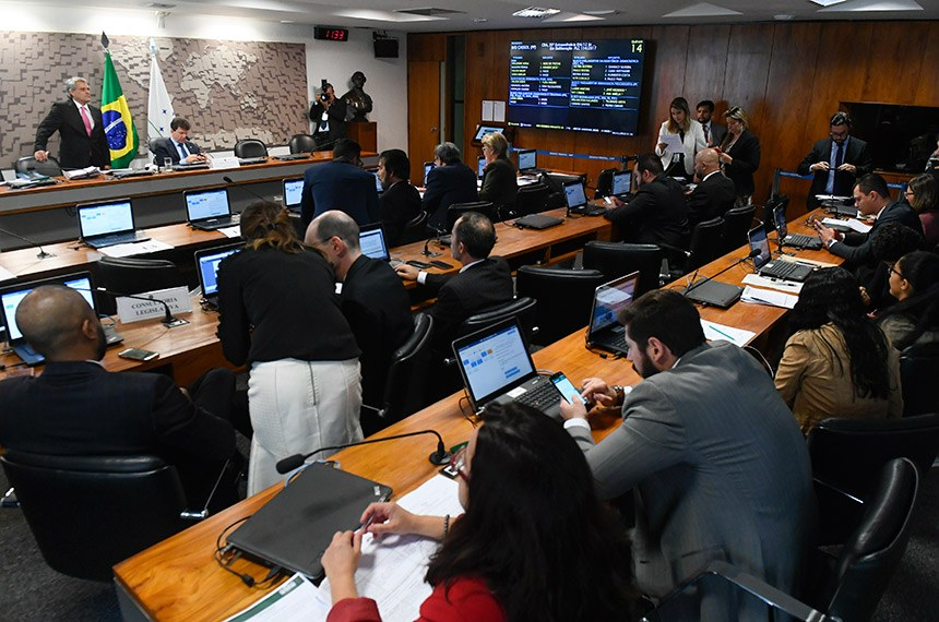 Comissão de Agricultura e Reforma Agrária (CRA) realiza reunião com 12 itens na pauta. Entre eles, o PLC 88/2014, que muda regras para registro de plantas ornamentais.  À mesa, presidente da CRA, senador Ivo Cassol (PP-RO), conduz reunião.  Foto: Marcos Oliveira/Agência Senado