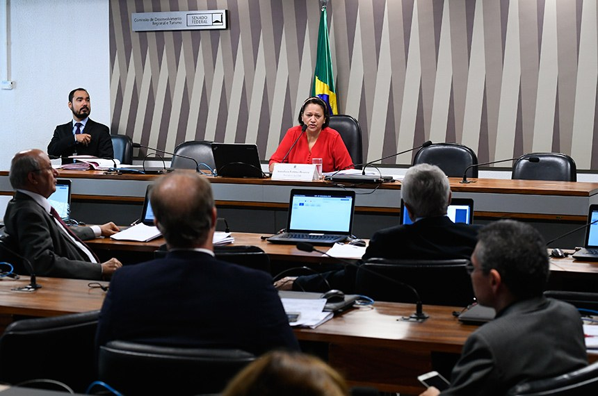 Comissão de Desenvolvimento Regional e Turismo (CDR) realiza reunião 6 itens na pauta. Entre eles, o PLS 146/2014, que define critérios para inclusão de municípios no semiárido.  Presidente da CDR, senadora Fátima Bezerra (PT-RN) á mesa conduz sessão.   Foto: Marcos Oliveira/Agência Senado