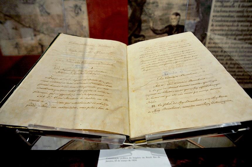 O texto original e manuscrito da Constituição de 1824. Domínio público, Biblioteca Nacional