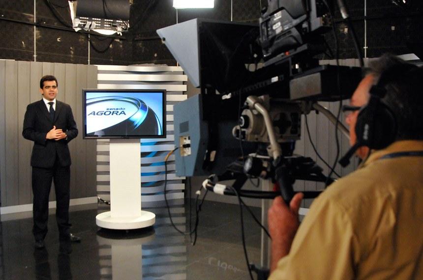 Apresentador Thiago Tibúrcio apresentando o telejornal da TV Senado.  Foto: Geraldo Magela/Agência Senado