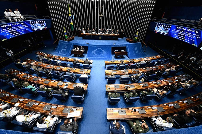 Plenário do Senado Federal durante sessão especial destinada a comemorar os 80 anos de criação do Gabinete de Segurança Institucional (GSI) da Presidência da República, a serem completados em 1º de dezembro.   Mesa (E/D):  deputado Nelson Marquezelli (PTB-SP);  diretor-geral da Agência Brasileira de Inteligência (Abin), Janér Tesch Hosken Alvarenga;  ministro-chefe do Gabinete de Segurança Institucional da Presidência da República, Sérgio Etchegoyen;  presidente e requerente desta sessão de comemoração, senador Fernando Collor (PTC-AL);  senador Guaracy Silveira (DC-TO);  embaixador José Luiz Machado e Costa;  senador Elmano Férrer (Pode-PI).  Foto: Edilson Rodrigues/Agência Senado