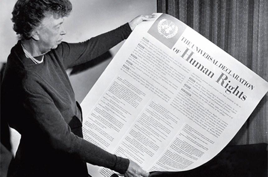 Eleanor Roosevelt exibe cartaz contendo a Declaração Universal dos Direitos Humanos. Nov 1949
