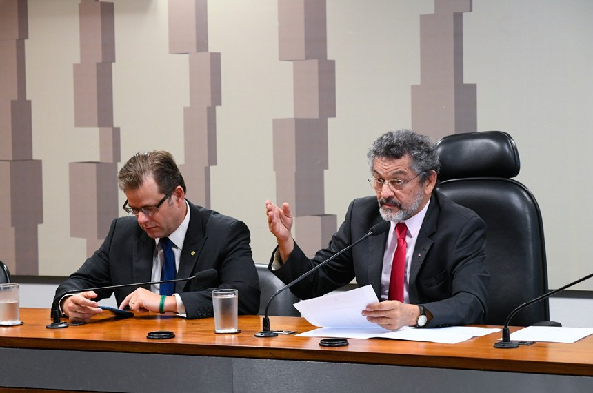 Comissão Mista da Medida Provisória (CMMPV) nº 853 de 2018, que reabre adesão ao Funpresp, realiza reunião para instalação e eleição de presidente e vice.  Mesa: vice-presidente da CMMPV 853/2018, deputado Leonardo Quintão (MDB-MG); presidente da CMMPV 853/2018, senador Paulo Rocha (PT-PA).  Foto: Marcos Oliveira/Agência Senado