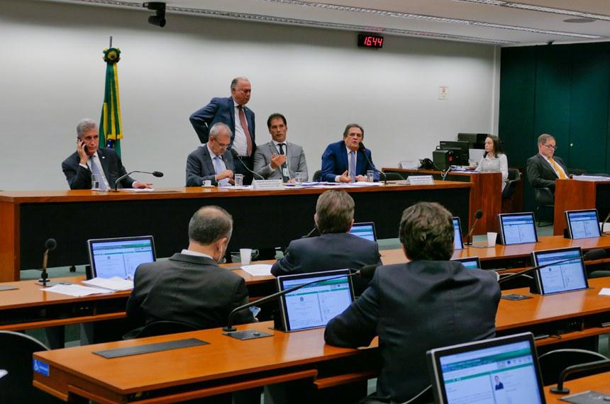 Comissão Mista de Planos, Orçamentos Públicos e Fiscalização (CMO) realiza reunião extraordinária.  Mesa: deputado Milton Monti (PR-SP); 2º vice-presidente da CMO, deputado Geraldo Resende (PSDB-MS); relator-geral do Projeto de Lei Orçamentária Anual (LOA), senador Waldemir Moka (MDB-MS); senador Eduardo Braga (MDB-AM).  Foto: Roque de Sá/Agência Senado