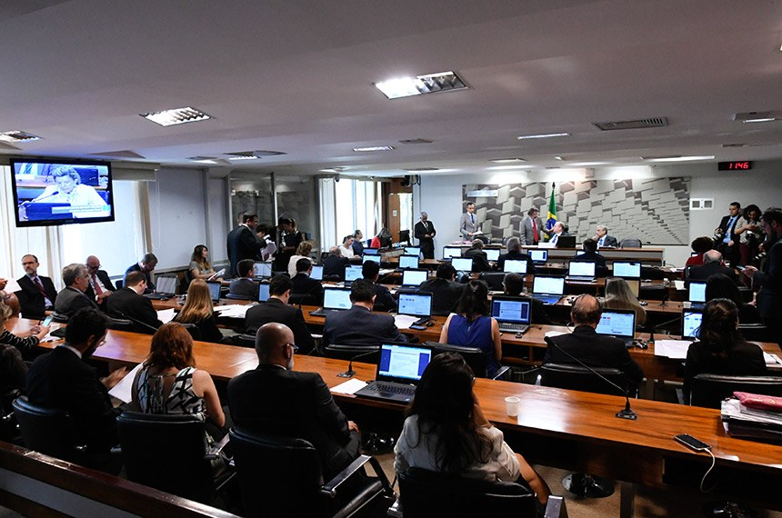 Comissão de Assuntos Econômicos (CAE) realiza reunião deliberativa. 1ª parte: apreciação do relatório de avaliação de política pública na área de segurança pública; 2ª parte: 21 itens na pauta, entre eles, o PLC 118/2014, que permite reaproveitamento de mercadorias falsificadas.  Mesa: presidente da CAE, senador Tasso Jereissati (PSDB-CE); vice-presidente da CAE, senador Garibaldi Alves Filho (MDB-RN).  Foto: Edilson Rodrigues/Agência Senado