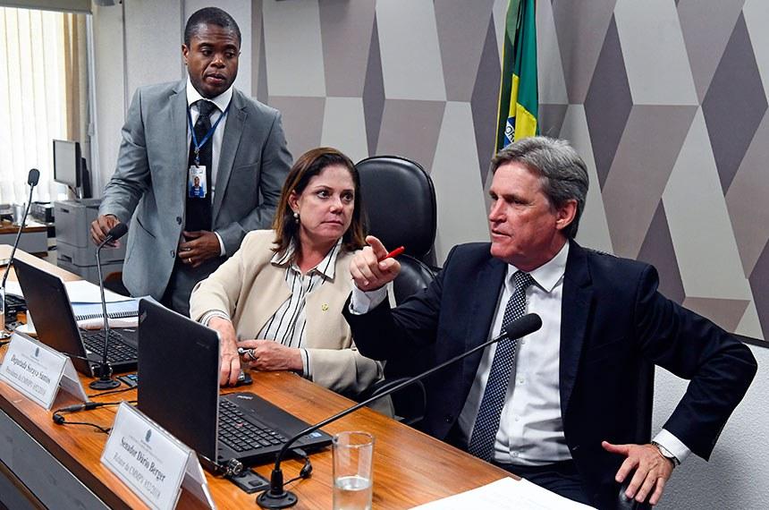Comissão Mista da Medida Provisória (CMMPV) nº 852 de 2018, que transfere imóveis do INSS para a União, realiza reunião para apreciação do relatório.  Mesa: presidente da CMMPV 852/2018, deputada Soraya Santos (PR-RJ); relator da CMMPV 852/2018, senador Dário Berger (MDB-SC).  Foto: Marcos Oliveira/Agência Senado