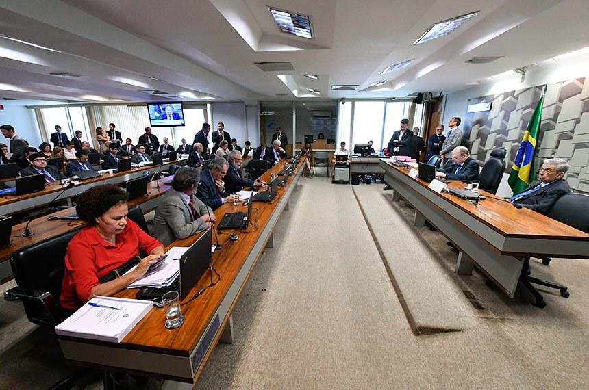Comissão de Assuntos Econômicos (CAE) realiza reunião deliberativa. 1ª parte: apreciação do relatório de avaliação de política pública na área de segurança pública; 2ª parte: 21 itens na pauta, entre eles, o PLC 118/2014, que permite reaproveitamento de mercadorias falsificadas.  Mesa: presidente da CAE, senador Tasso Jereissati (PSDB-CE); vice-presidente da CAE, senador Garibaldi Alves Filho (MDB-RN).  Bancada: senadora Regina Sousa (PT-PI); senador Paulo Rocha (PT-PA); senador Raimundo Lira (PSD-PB);  senador Airton Sandoval (MDB-SP); senador Otto Alencar (PSD-BA).  Foto: Edilson Rodrigues/Agência Senado