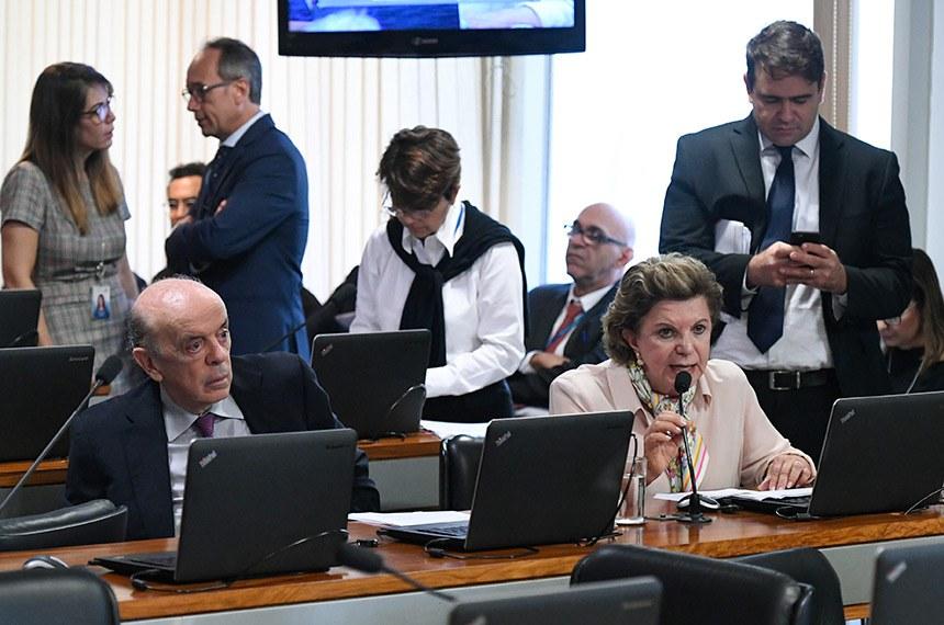 Comissão de Assuntos Econômicos (CAE) realiza reunião deliberativa. 1ª parte: apreciação do relatório de avaliação de política pública na área de segurança pública; 2ª parte: 21 itens na pauta, entre eles, o PLC 118/2014, que permite reaproveitamento de mercadorias falsificadas.  Em pronunciamento, à bancada, senadora Lúcia Vânia (PSB-GO); à direita, senador José Serra (PSDB-SP).  Foto: Edilson Rodrigues/Agência Senado