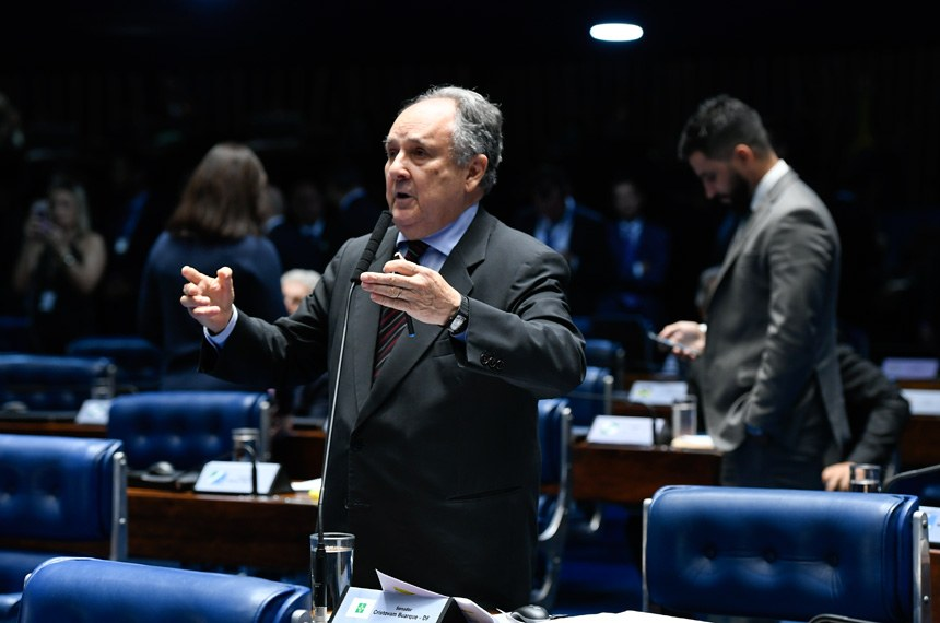 Plenário do Senado Federal durante sessão deliberativa ordinária.   À bancada em pronunciamento, senador Cristovam Buarque (PPS-DF).  Foto: Moreira Mariz/Agência Senado