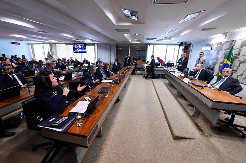 Comissão de Assuntos Econômicos (CAE) realiza reunião deliberativa. 1ª parte: apreciação do relatório de avaliação de política pública na área de segurança pública; 2ª parte: 21 itens na pauta, entre eles, o PLC 118/2014, que permite reaproveitamento de mercadorias falsificadas.  Mesa: presidente da CAE, senador Tasso Jereissati (PSDB-CE); vice-presidente da CAE, senador Garibaldi Alves Filho (MDB-RN).  Bancada: senadora Simone Tebet (MDB-MS) - em pronunciamento; senador Raimundo Lira (PSD-PB); senador Airton Sandoval (MDB-SP); senador Flexa Ribeiro (PSDB-PA).  Foto: Edilson Rodrigues/Agência Senado