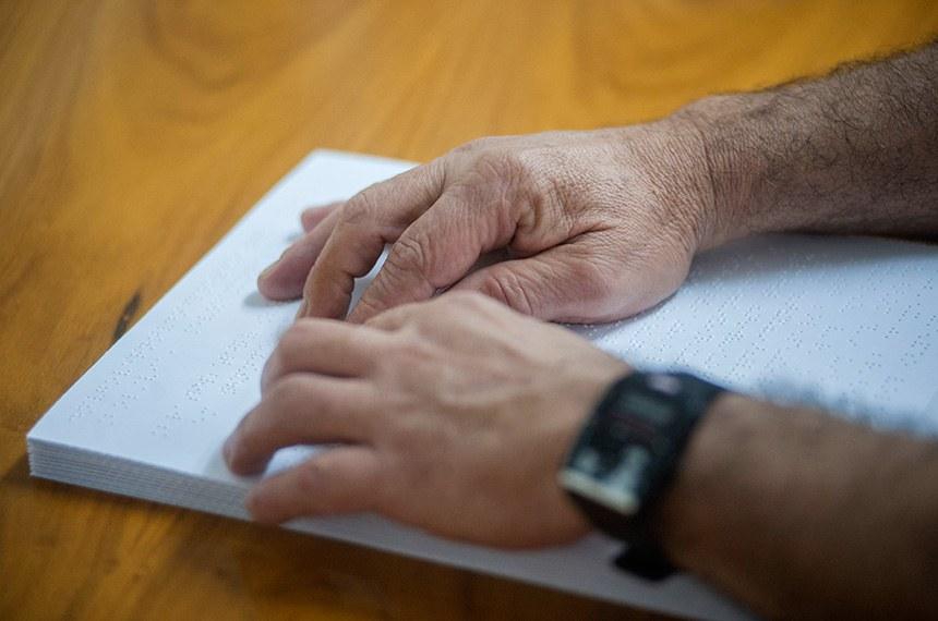 Pessoa lê com as mãos documento em braile: projeto determina que qualquer informação essencial ao cidadão, inclusive formulários, seja oferecido em formatos acessíveis para pessoas com deficiência