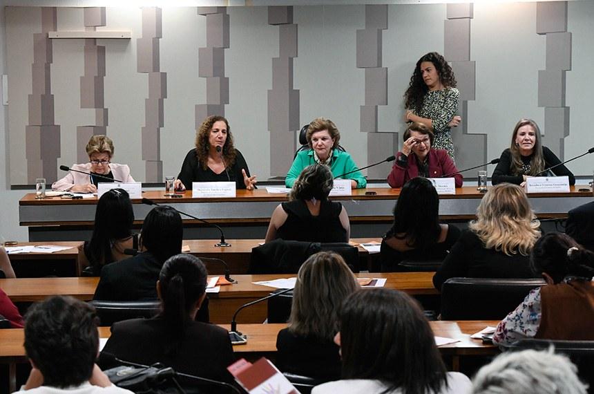 Comissão Permanente Mista de Combate à Violência contra a Mulher (CMCVM) realiza seminário destinado a discutir e avaliar a Lei Maria da Penha. Evento integrante da programação dos 16 dias de ativismo pelo fim da violência contra a mulher.   Mesa:  representante do Consórcio Nacional de ONG's Feministas, Silvia Pimentel;  relatora da Lei Maria da Penha na Câmara dos Deputados, deputada Jandira Feghali (PCdoB-RJ);  relatora da Lei Maria da Penha no Senado Federal, senadora Lúcia Vânia (PSB-GO);  presidenta da Comissão Parlamentar Mista de Inquérito da Violência Contra a Mulher da  Câmara dos Deputados, deputada Jô Moraes (PCdoB-MG);  procuradora Especial da Mulher no Senado, senadora Vanessa Grazziotin (PCdoB-AM).  Foto: Edilson Rodrigues/Agência Senado
