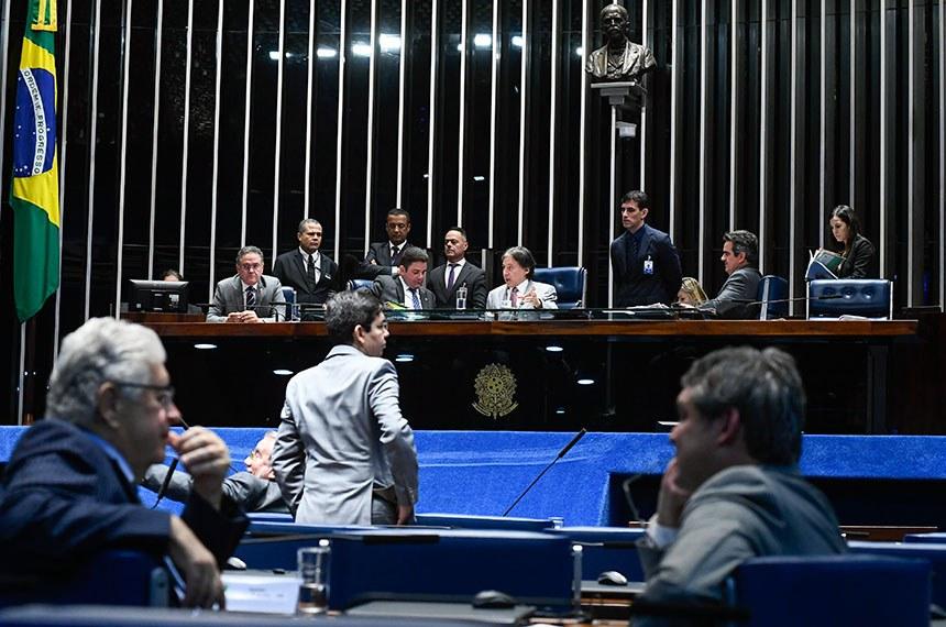 Plenário do Senado Federal durante sessão deliberativa extraordinária.   À mesa, presidente do Senado Federal, senador Eunício Oliveira (MDB-CE), conduz sessão.   Participam:  senador Ciro Nogueira (PP-PI);  senador Gladson Cameli (PP-AC);  senador Lindbergh Farias (PT-RJ);  senador Randolfe Rodrigues (Rede-AP);  senador Roberto Requião (MDB-PR);  senador Roberto Rocha (PSDB-MA).  Foto: Marcos Oliveira/Agência Senado