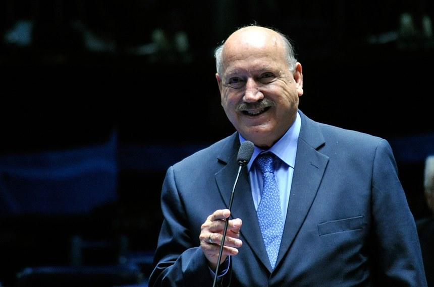 Senador Luiz Henrique (PMDB-SC) em pronunciamento á bancada do plenário do Senado Federal durante sessão deliberativa.