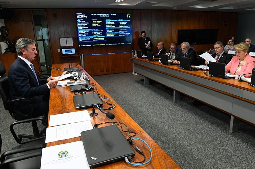 Comissão de Relações Exteriores e Defesa Nacional (CRE) realiza reunião para apreciação de 10 textos de acordos internacionais.  Presidente da CRE,  senador Fernando Collor (PTC-AL) à mesa.    Foto: Marcos Oliveira/Agência Senado