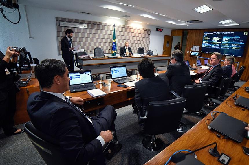 Comissão de Transparência, Governança, Fiscalização e Controle e Defesa do Consumidor (CTFC) realiza reunião deliberativa. Na pauta, o PLS 284/2017-Complementar, que pune concorrência desleal.   À mesa, presidente da CTFC, senador Ataídes Oliveira (PSDB-TO).  Bancada: senadora Ana Amélia (PP-RS); senador Romero Jucá (MDB-RR); senador Dário Berger (MDB-SC); senador Ciro Nogueira (PP-PI);  senador Zé Santana (MDB-PI); senador Ricardo Ferraço (PSDB-ES).  Foto: Roque de Sá/Agência Senado