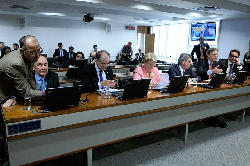 Comissão de Transparência, Governança, Fiscalização e Controle e Defesa do Consumidor (CTFC) realiza reunião deliberativa. Na pauta, o PLS 284/2017-Complementar, que pune concorrência desleal.   Bancada:  senador Flexa Ribeiro (PSDB-PA);  senador Dalirio Beber (PSDB-SC);  senadora Ana Amélia (PP-RS) senador Romero Jucá (MDB-RR);  senador Dário Berger (MDB-SC) - em pronunciamento;  senador Ciro Nogueira (PP-PI).  Foto: Roque de Sá/Agência Senado