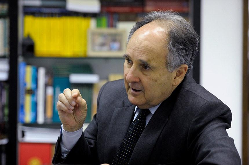 Senador Cristovam Buarque (PDT-DF) fala sobre o estudo da consultoria que trata da legalização da Maconha. O senador é relator da sugestão apresentada pelo e-cidadania sobre o tema