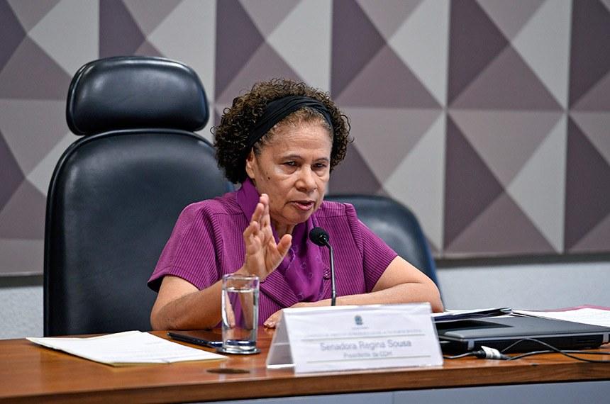 Comissão de Direitos Humanos e Legislação Participativa (CDH) realiza reunião - 1ª PARTE: deliberativa com 17 itens, entre eles, o PLS 382/2011, que obriga cota de brinquedos para crianças com deficiência em shoppings; - 2ª PARTE: apresentação do relatório das atividades do biênio 2017/2018.  Presidente da CDH, ; senadora Regina Sousa (PT-PI) em pronunciamento à mesa.  Foto: Edilson Rodrigues/Agência Senado