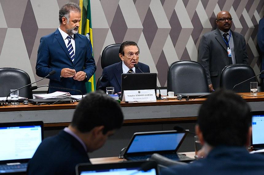 Comissão de Constituição, Justiça e Cidadania (CCJ) realiza reunião deliberativa com 35 itens.  Presidente da CCJ, senador Edison Lobão (MDB-MA) à mesa conduz comissão.    Foto: Marcos Oliveira/Agência Senado