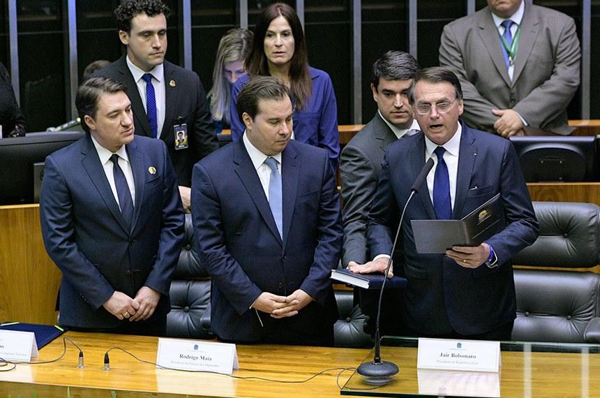 Bolsonaro (com o deputado Giacobo e Rodrigo Maia) presta presta o compromisso constitucional perante o Congresso