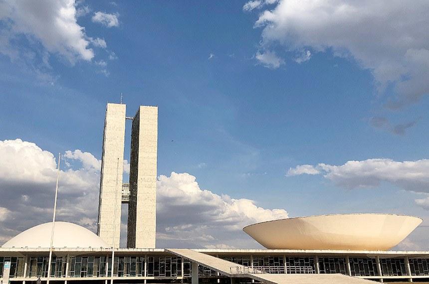 Fachada do Congresso Nacional, sede das duas Casas do Poder Legislativo brasileiro. Obra do arquiteto Oscar Niemeyer.   As cúpulas abrigam os plenários da Câmara dos Deputados (côncava) e do Senado Federal (convexa), enquanto que nas duas torres - as mais altas de Brasília, com 100 metros - funcionam as áreas administrativas e técnicas que dão suporte ao trabalho legislativo diário das duas instituições.   Foto: Leonardo Sá/Agência Senado