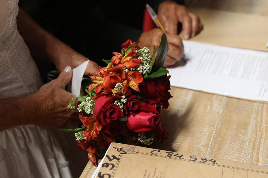 Na 14ª Casamento Comunitário Casamento Comunitário, organizado pela Secretaria de Justiça e Cidadania, 68 casais de baixa renda tiveram a união civil institucionalizada na tribuna de honra do Estádio Mané Garrincha.