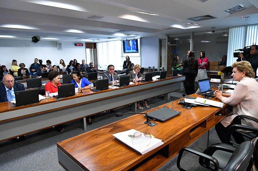 Comissão de Educação, Cultura e Esporte (CE) realiza reunião para apreciação do relatório de avaliação da política pública. (2ª PARTE): 25 itens na pauta, entre eles, o PLC 88/2018, que estabelece medidas para valorização dos profissionais da educação básica pública.  Presidente da CE, senadora Lúcia Vânia (PSB-GO) à mesa conduz reunião.  Bancada:  senador Pedro Chaves (PRB-MS); senadora Regina Sousa (PT-PI); senadora Fátima Bezerra (PT-RN).  Foto: Geraldo Magela/Agência Senado