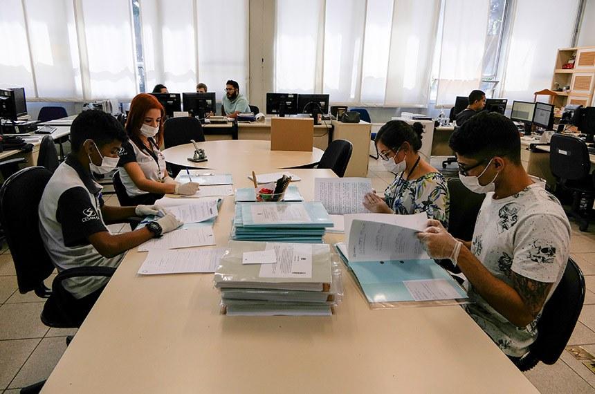 Equipe do Serviço de Arquivo Legislativo recebe projetos que serão arquivados