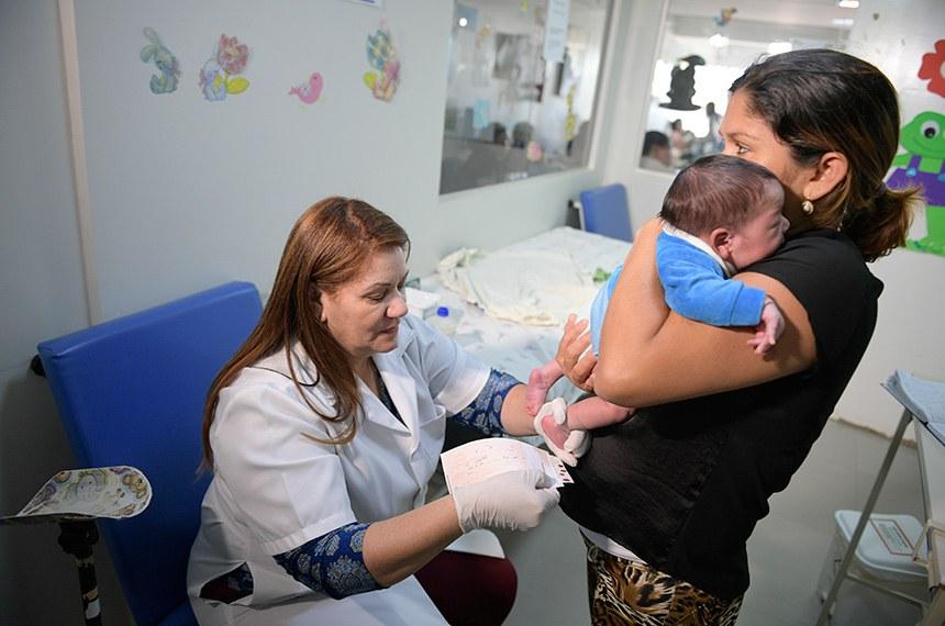 Especial Cidadania - Teste do pezinho no Hospital de Apoio de Brasília (HAB).  O Hospital de Apoio de Brasília (HAB) tornou-se Serviço de Referência em Doenças Raras. A habilitação foi feita por meio da Portaria N°3.247, de 29 de dezembro de 2016, do Ministério da Saúde.    O teste do pezinho, exame feito a partir de sangue coletado do calcanhar do bebê, é uma das principais formas de diagnosticar seis doenças que, quanto mais cedo forem identificadas, melhores são as chances de tratamento. São elas fenilcetonúria, hipotireoidismo congênito, doença falciforme e outras hemoglobinopatias, fibrose cística, deficiência de biotinidase e hiperplasia adrenal congênita. Para realizar o teste do pezinho, a família deve levar o recém-nascido a uma unidade básica de saúde entre o 3° e o 5° dia de vida. É fundamental ter atenção a esse prazo.  Foto: Pedro França/Agência Senado