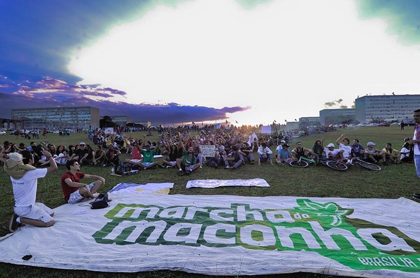 Ativistas fazem ato público na Esplanada dos Ministérios em defesa da regulamentação da maconha no Brasil.