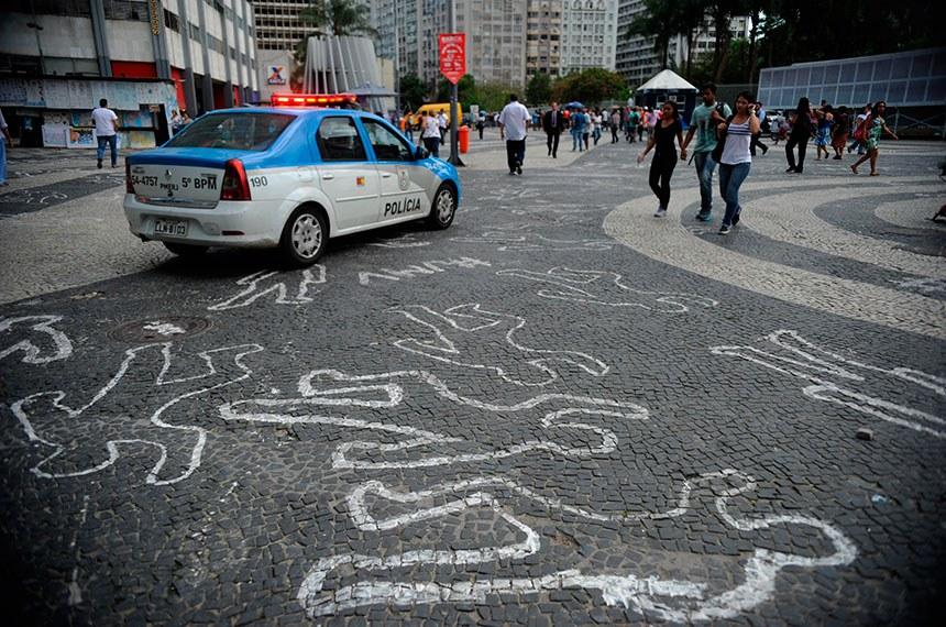 """O calçamento de pedra portuguesa do Largo da Carioca, no centro da capital fluminense do Rio de Janeiro, amanheceu com desenhos da silhueta de 4 mil corpos. A ação faz parte da campanha """"Juventude Marcada para Viver"""", da organização não governamental (ONG) Observatório de Favelas."""
