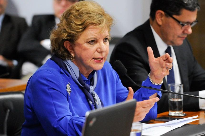 Comissão de Assuntos Econômicos (CAE) realiza audiência pública interativa para debater política de preços dos combustíveis.  Em pronunciamento, à bancada, senadora Lúcia Vânia (PSB-GO).  Foto: Marcos Oliveira/Agência Senado