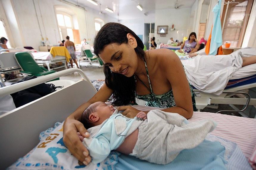 A Santa Casa de Misericórdia do Pará faz hoje 362 anos de implantação. Os números da Santa Casa são grandiosos. São 12,6 mil atendimentos por mês, dos quais cerca de 500 partos.  Na foto: Joelma Cordeiro com o filho Arthur.  Com 110 leitos e uma equipe com mais de 80 profissionais, entre médicos, enfermeiros, psicólogos, assistentes sociais, a Santa Casa do Pará realiza cerca de 500 partos por mês. Joelma Cordeiro, de 27 anos, passa a ser parte desta estatística. Na úlima terça-feira (21), ela teve o seu terceiro filho na Santa Casa. Joelma, que não havia feito o pré-natal, percorreu três hospitais da capital até chegar à Santa Casa, aonde recebeu o atendimento.  FOTO: CLÁUDIO SANTOS/AG. PARÁ DATA: 24.02.2012 BELÉM-PARÁ