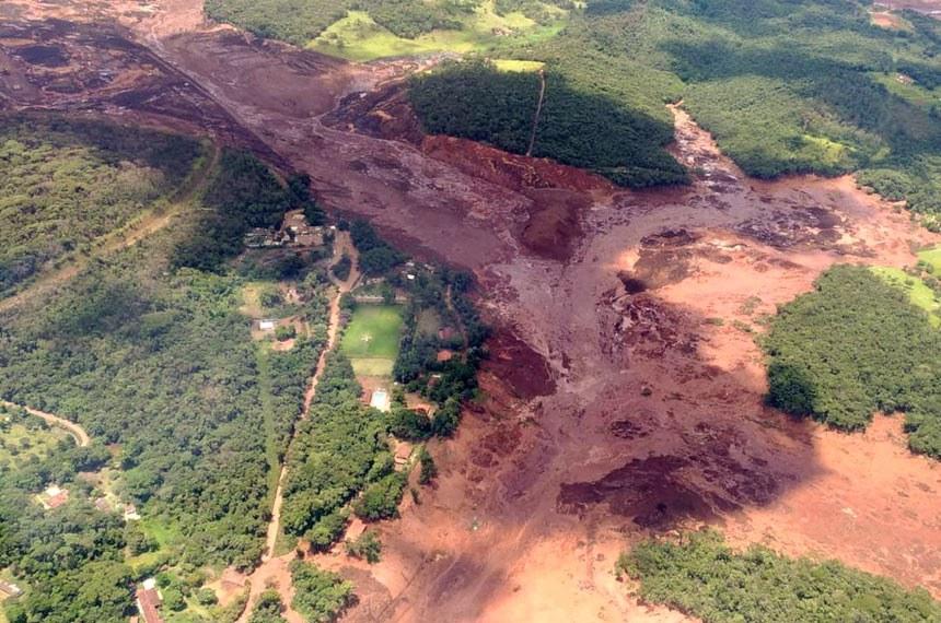 Lama que vazou da barragem deixou rastro de destruição, varrendo construções e a vegetação ao longo dos rios da zona rural de Brumadinho