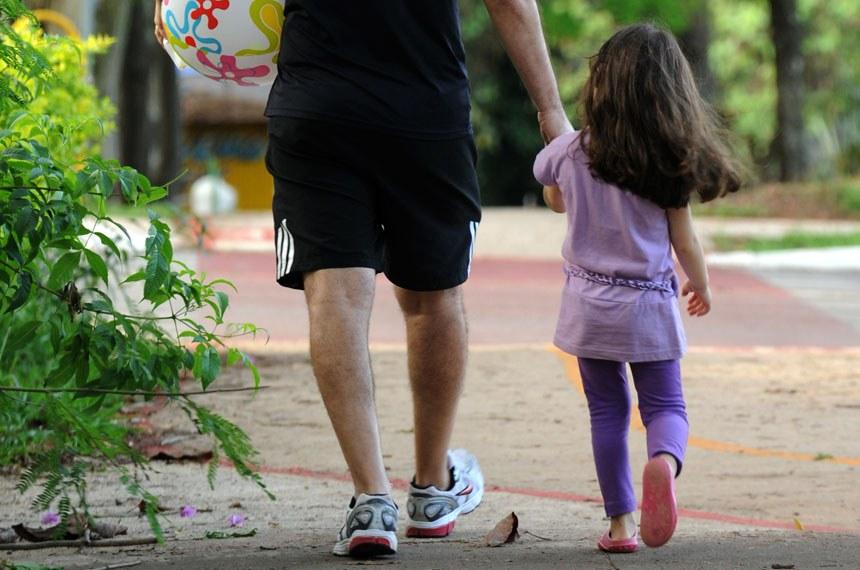 Proposta, que aguarda sanção, dá preferência á guarda compartilhada, mesmo em casos de separação litigiosa, por considerar que é melhor para a criança a convivência com ambos os pais.