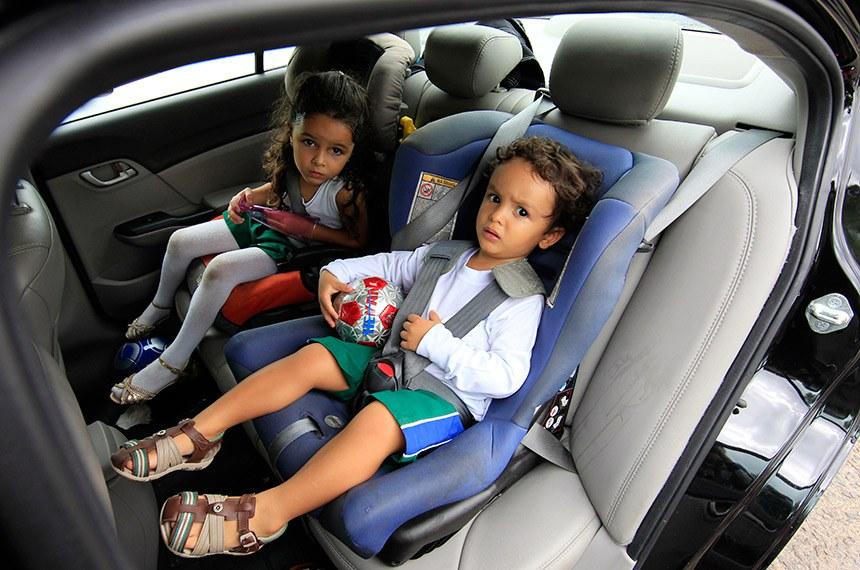 Brasília/DF, 28.10.2015  Crianças são incentivadas pelos seus pais para saber da importância do uso da cadeirinha em automóveis.  O uso de cadeirinhas em carros de passeio particulares é obrigatório desde 2010. Com a Resolução 541/2015, o Contram estende a exigência para todo transporte escolar.  Foto: Marri Nogueira/Agência Senado