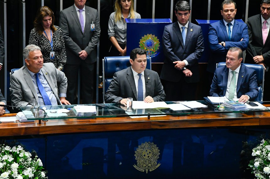 """Empossado presidente do Senado, Davi Alcolumbre cumprimentou os adversários na disputa pelo comando da Casa e pediu unidade em torno do """"interesse público"""""""