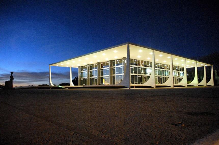 Edificio-sede do Supremo Tribunal Federal (visão noturna).