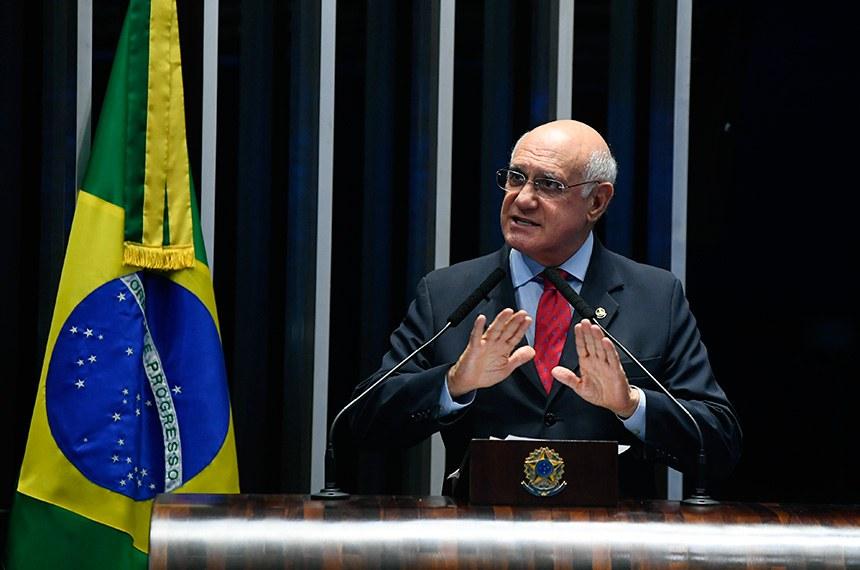 Plenário do Senado Federal durante sessão deliberativa extraordinária.   Em discurso, à tribuna, senador Lasier Martins (PSD-RS).  Foto: Marcos Oliveira/Agência Senado