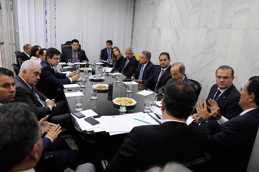 Presidente do Senado Federal, senador Davi Alcolumbre (DEM-AP), realiza reunião de líderes.   Participam: senador Alvaro Dias (Pode-PR);  senador Chico Rodrigues (DEM-RR);  senador Davi Alcolumbre (DEM-AP);  senador Humberto Costa (PT-PE);  senador Jorge Kajuru (PSB-GO);  senador Jorginho Mello (PR-SC);  senador Major Olimpio (PSL-SP);  senador Marcos Rogério (DEM-RO);  senador Mecias de Jesus (PRB-RR);  senador Otto Alencar (PSD-BA);  senador Randolfe Rodrigues (Rede-AP);  senador Rodrigo Pacheco (DEM-MG); senador Weverton Rocha (PDT-MA);  senadora Daniella Ribeiro (PP-PB);  senadora Eliziane Gama (PPS-MA) senador Eduardo Braga (MDB-AM); senador Wellington Fagundes (PR-MT); senador Izalci (PSDB-DF).  Foto: Jonas Pereira/Agência Senado
