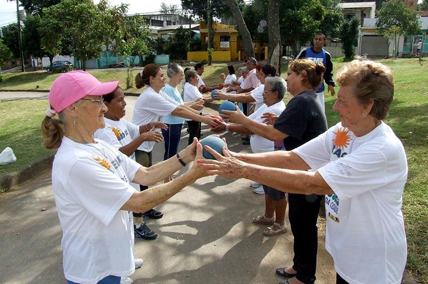 Porto Alegre, RS, 02/04/2009. Sec. da Saúde promove exercícios com grupo de idosos do PSF Cruzeiro do Sul. Foto: Ricardo Stricher / PMPA